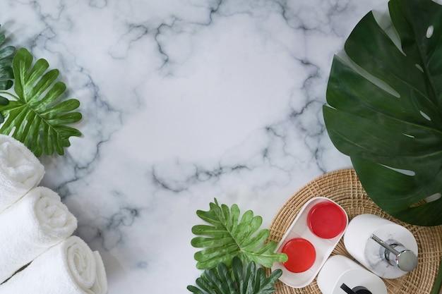 Sabonetes orgânicos e toalhas em fundo de mármore.