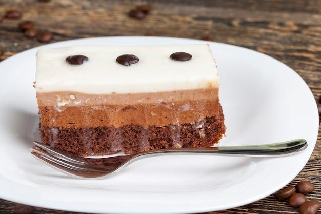 Sabor de bolo de chocolate, bolo multicamadas para sobremesa, delicioso pedaço de bolo em que cada camada com sua própria cor e sabor