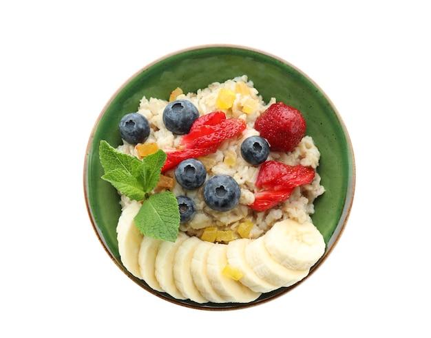 Saborosa aveia com frutas frescas e banana fatiada