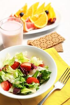Saborosa aveia e salada de legumes na mesa de madeira. conceito de alimentação saudável.