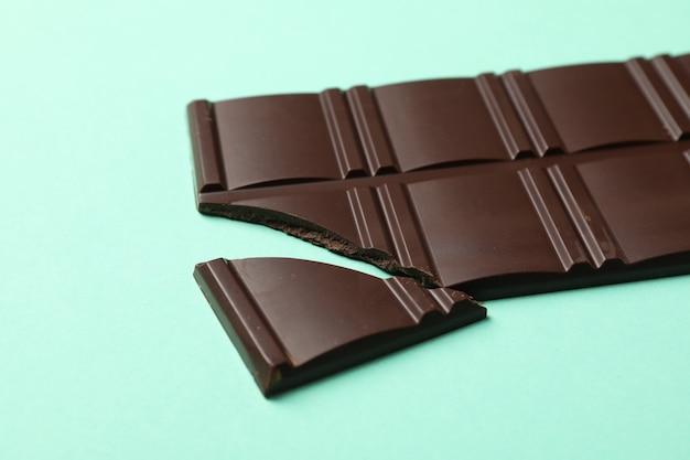 Saborosa barra de chocolate em fundo azul