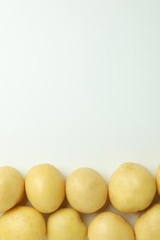 Saborosa batata jovem em branco, vista de cima