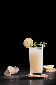Saborosa bebida alcoólica com espaço de cópia