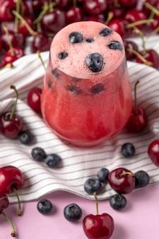 Saborosa bebida de cereja e mirtilo em alto ângulo