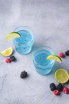 Saborosa bebida de cor azul com sementes de manjericão chia