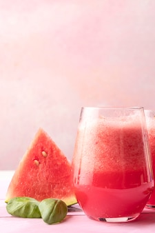 Saborosa bebida desintoxicante de melancia
