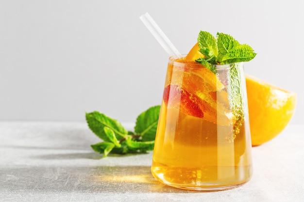 Saborosa bebida fresca com morango laranja e hortelã, servida em vidro. fechar-se
