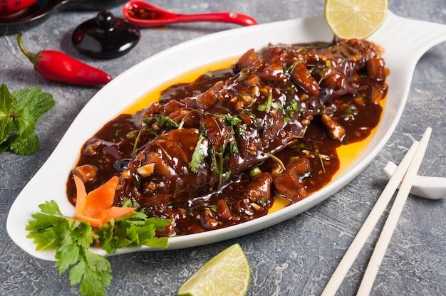 Saborosa carpa assada com molho de soja carpa cozida com molho marrom