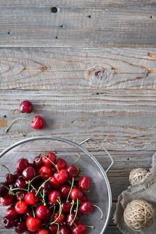 Saborosa cereja, plana colocar em madeira rústica