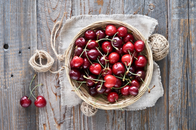 Saborosa cereja, plana leigos em madeira rústica