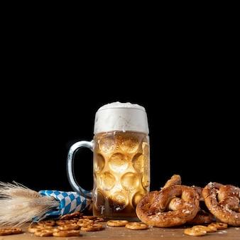 Saborosa cerveja bávara com pretzels em uma tabela