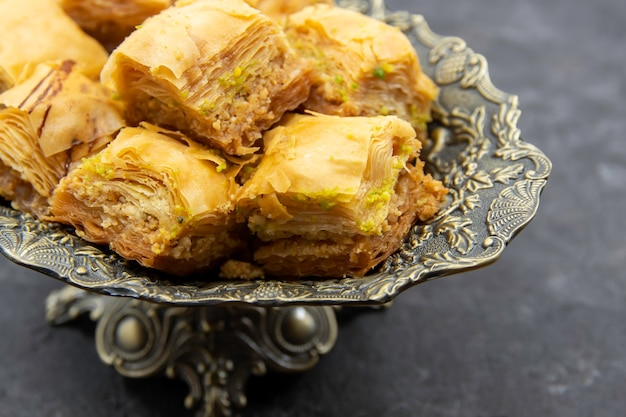Saborosa e doce sobremesa turca do ramadã baklava em um prato decorativo