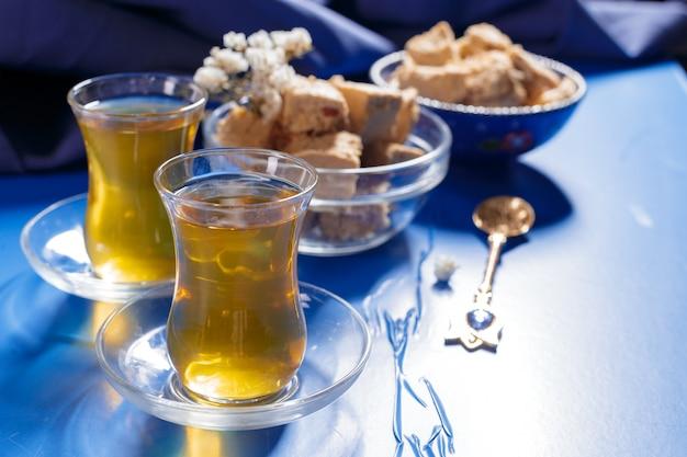 Saborosa halva com chá na mesa