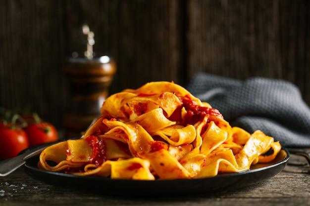 Saborosa massa italiana com molho de tomate e queijo parmesão