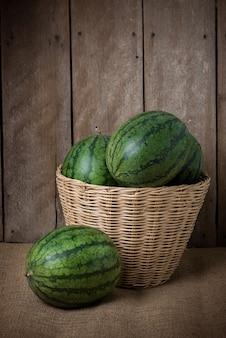 Saborosa melancia em fundo de madeira