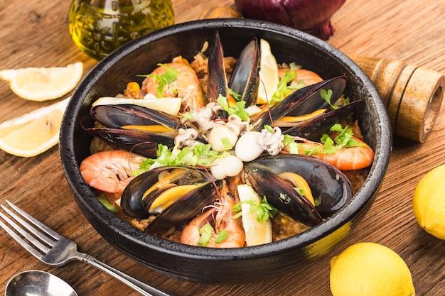 Saborosa paella espanhola com frutos do mar