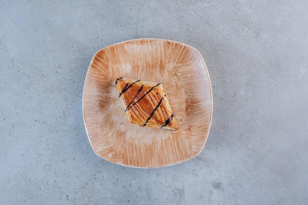 Saborosa pastelaria caseira decorada com chocolate colocado no prato.