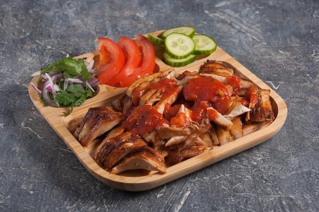 Saborosa pide com carne e legumes em uma tábua de madeira