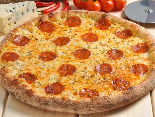 Saborosa pizza apimentada com chouriço e queijo com mofo