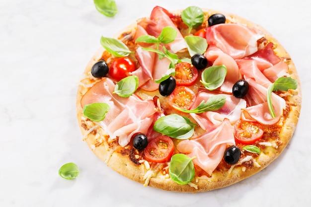 Saborosa pizza assada fresca na mesa de mármore