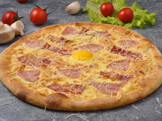 Saborosa pizza carbonara com bacon mussarela e ovo