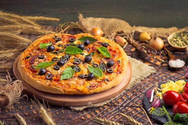 Saborosa pizza com frango, legumes e azeitonas