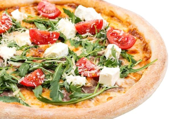 Saborosa pizza com queijo, tomate cereja e rúcula.