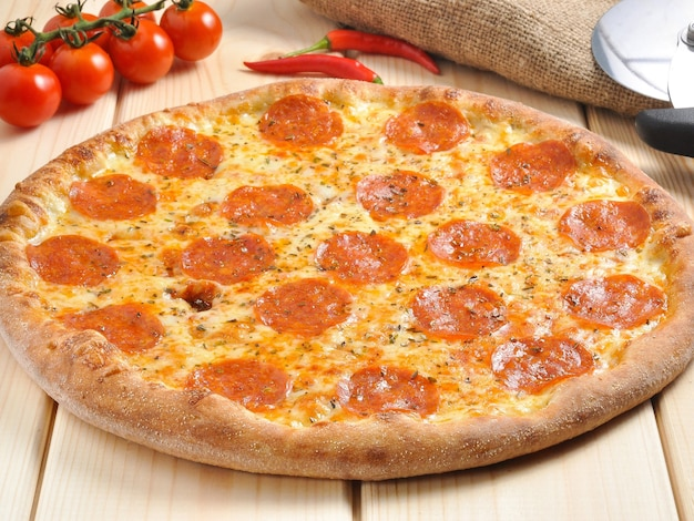 Saborosa pizza de calabresa clássica em mesa de madeira