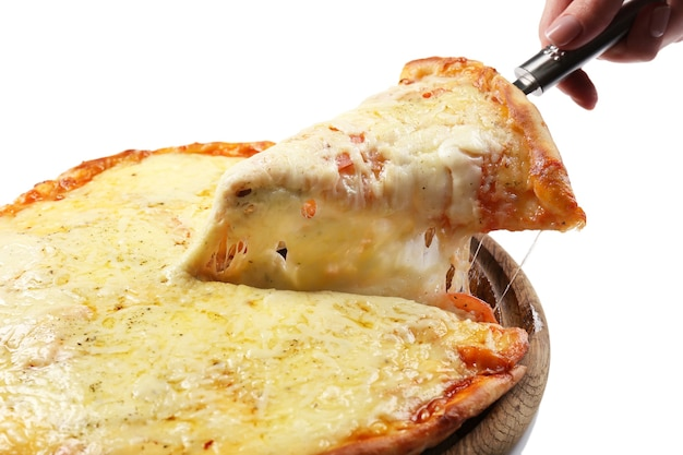 Saborosa pizza em fatias isolada no branco. um pega um pedaço de pizza