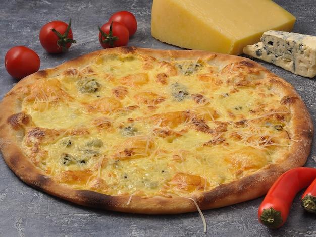 Saborosa pizza italiana de quattro formaggio com quatro tipos de queijos