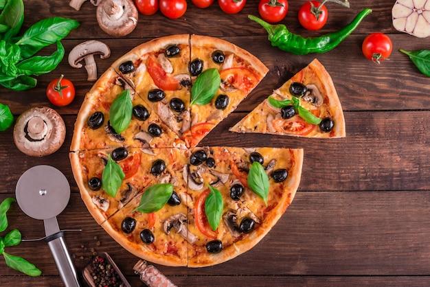 Saborosa pizza quente fresca contra um fundo escuro