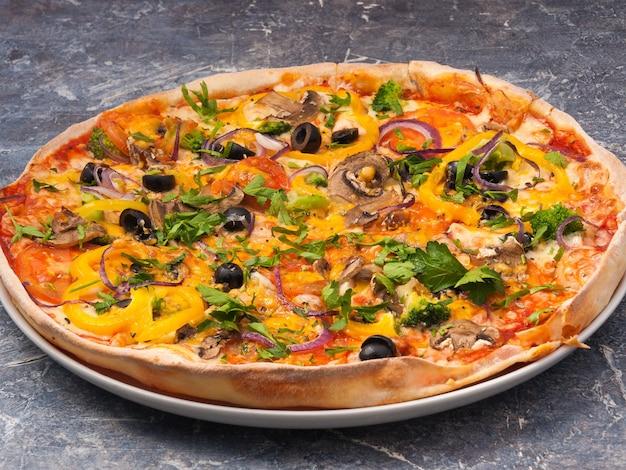 Saborosa pizza vegetariana com tomate, pimentão, queijo e cogumelos