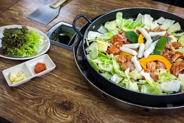 Saborosa refeição com carne e vegetais