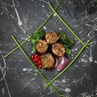 Saborosa refeição com ervas, cebola, romã