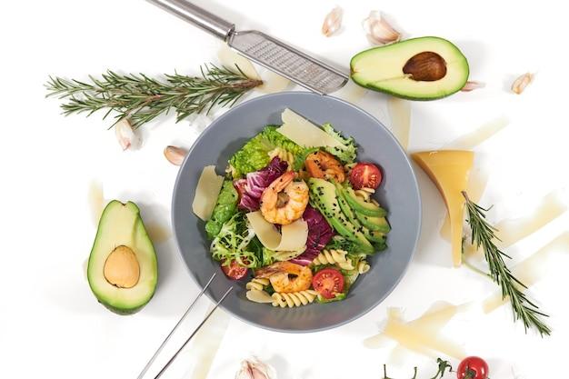 Saborosa salada com macarrão e com saboroso camarão abacate