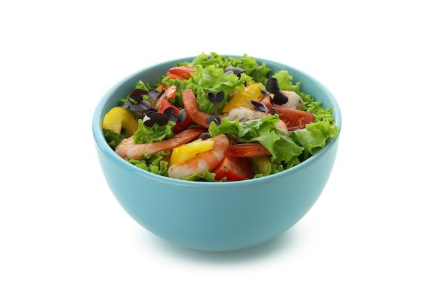 Saborosa salada de camarão isolada em fundo branco