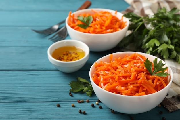 Saborosa salada de cenoura na mesa de madeira