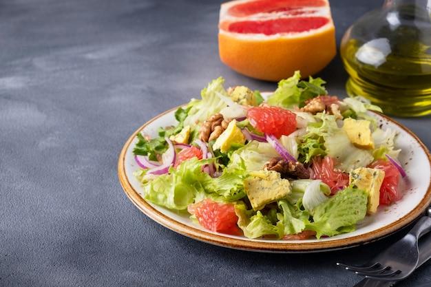 Saborosa salada de frutas com toranja, queijo, alface e nozes