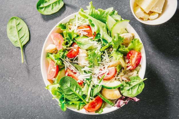 Saborosa salada fresca com frango e legumes
