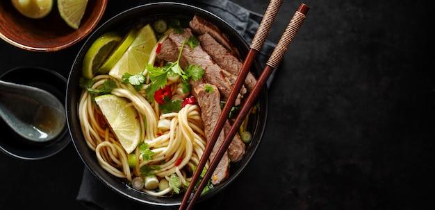 Saborosa sopa clássica asiática com macarrão e carne