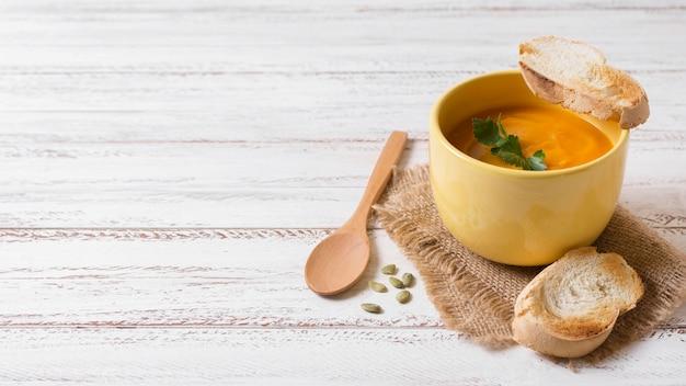 Saborosa sopa de creme de abóbora com cópia-espaço