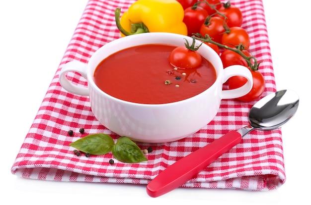Saborosa sopa de tomate e vegetais, isolado no branco