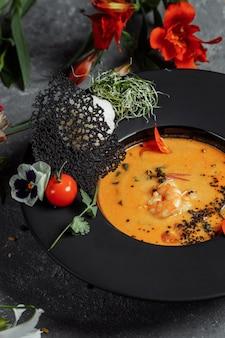 Saborosa sopa tom yum com camarão e leite de coco.