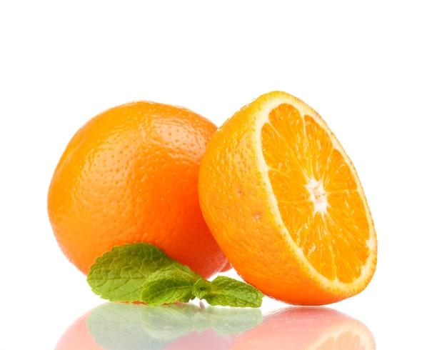 Saborosa tangerina isolada no branco