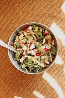 Saborosa tigela de salada