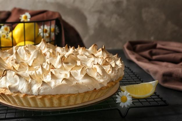 Saborosa torta de limão e merengue na mesa da cozinha, close-up