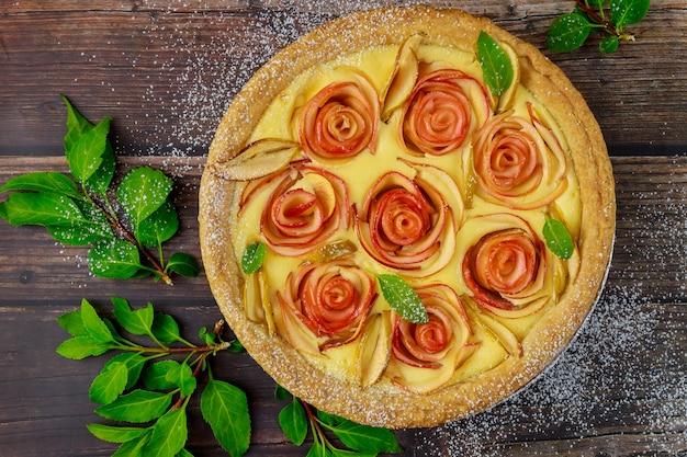 Saborosa torta de maçã com fundo de madeira. dia de ação de graças.