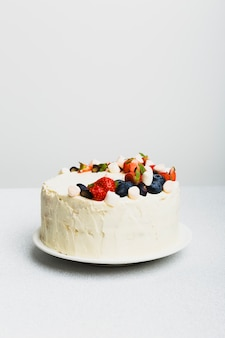 Saborosa torta fresca com bagas no prato