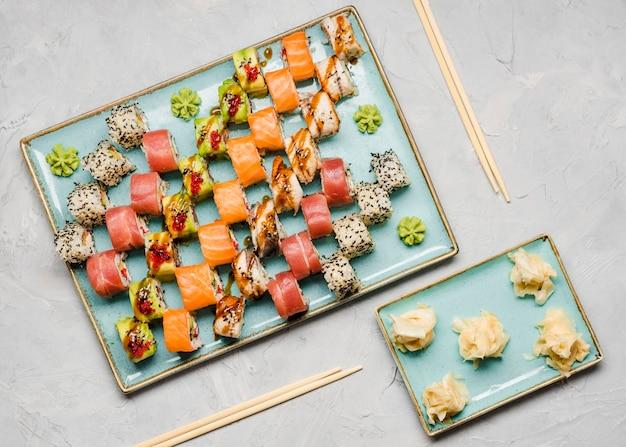 Saborosa variedade de sushi com pauzinhos