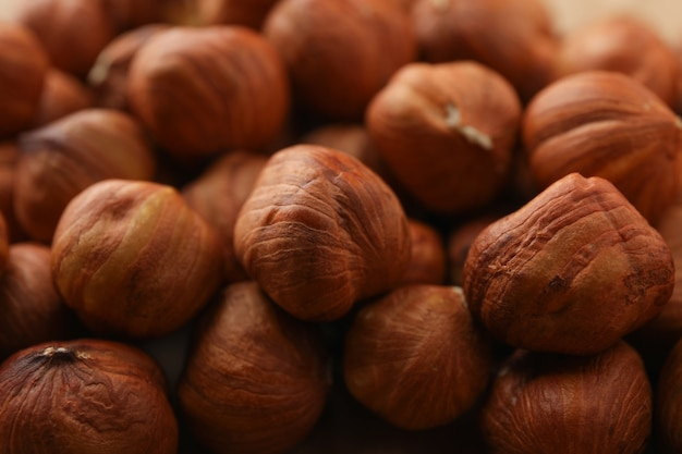 Saborosas avelãs em todo o fundo, close-up. alimentos vitamínicos